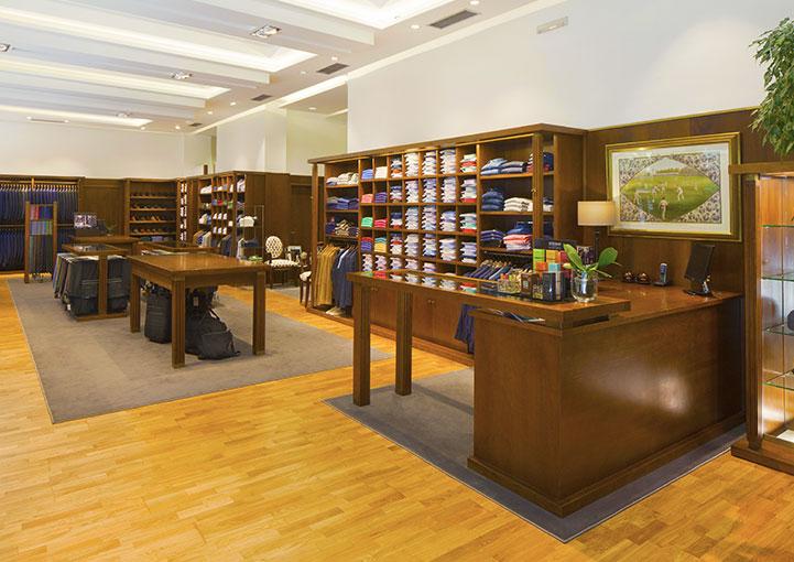 Esteban Orense La tienda estanterías, mostrador y mesas centrales