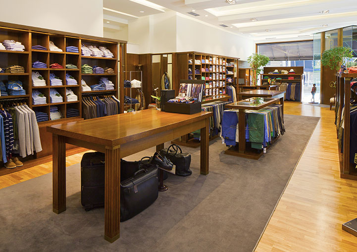 Esteban Orense La tienda estanterías y mesas centrales